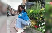 李嫣晒甜美自拍 穿蓝色卫衣阔腿牛仔裤蹲在路边取景气质好