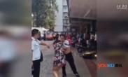 实拍南宁城管遭暴力抗法 商户持灭火器喷脸