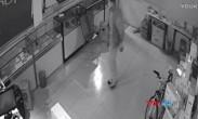 入室偷盗突然看到监控中的自己 男子竟跪地匍匐前进