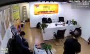 北京地库撞墙事故:女保安被撞飞 车辆扎进墙