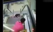 男孩坐在电扶梯上 手被瞬间夹住