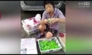 男子街头售卖绿色小鸡 脖子被拧三圈不死