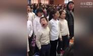 """小学生合唱卖力到翻白眼 表情""""戏精""""碾压众人"""