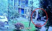 住户高空抛下共享单车 78岁老人被砸伤生命垂危