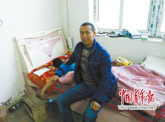 王红军父子搬进了韩家庄子村的棚房。初到时,地上堆着砖头和动物粪便。