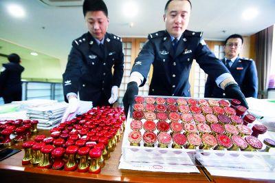 警方收缴的团伙空壳公司虚开增值税票的公章及票据